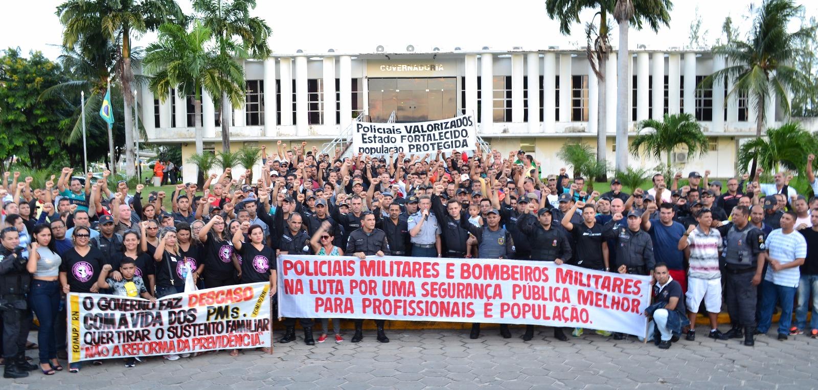 Policiais e bombeiros participam de ato nesta quarta (04)