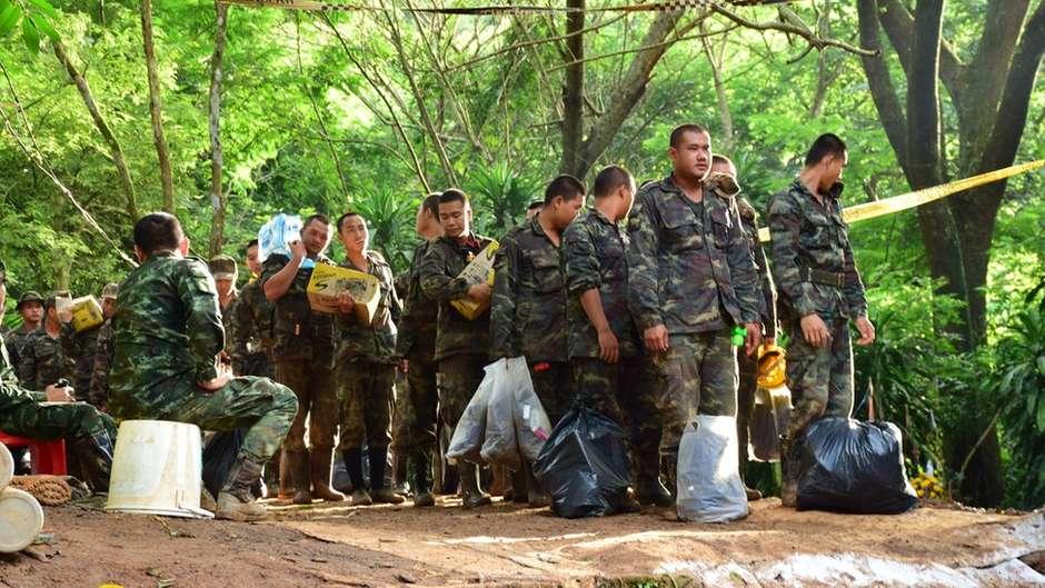 Equipes correm contra o tempo para tirar jovens de caverna na Tailândia