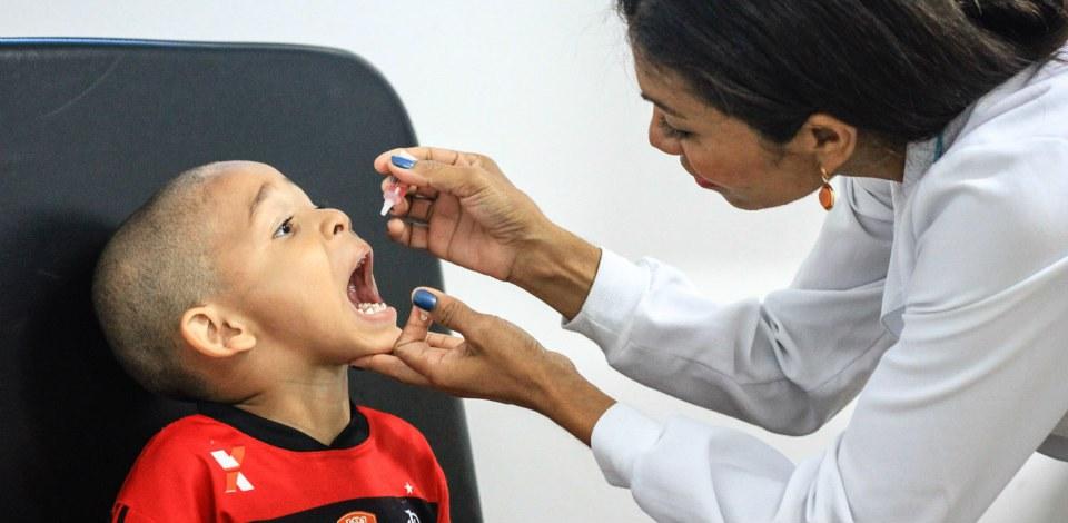 """Postos de saúde abrem para o """"Dia D"""" contra o sarampo e a poliomielite"""