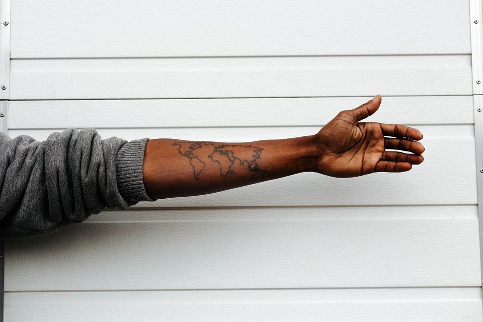 Tatuagens podem ajudar você a conseguir um emprego, diz estudo