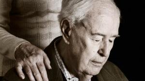 Cuidadores de pessoas com Alzheimer podem desenvolver depressão