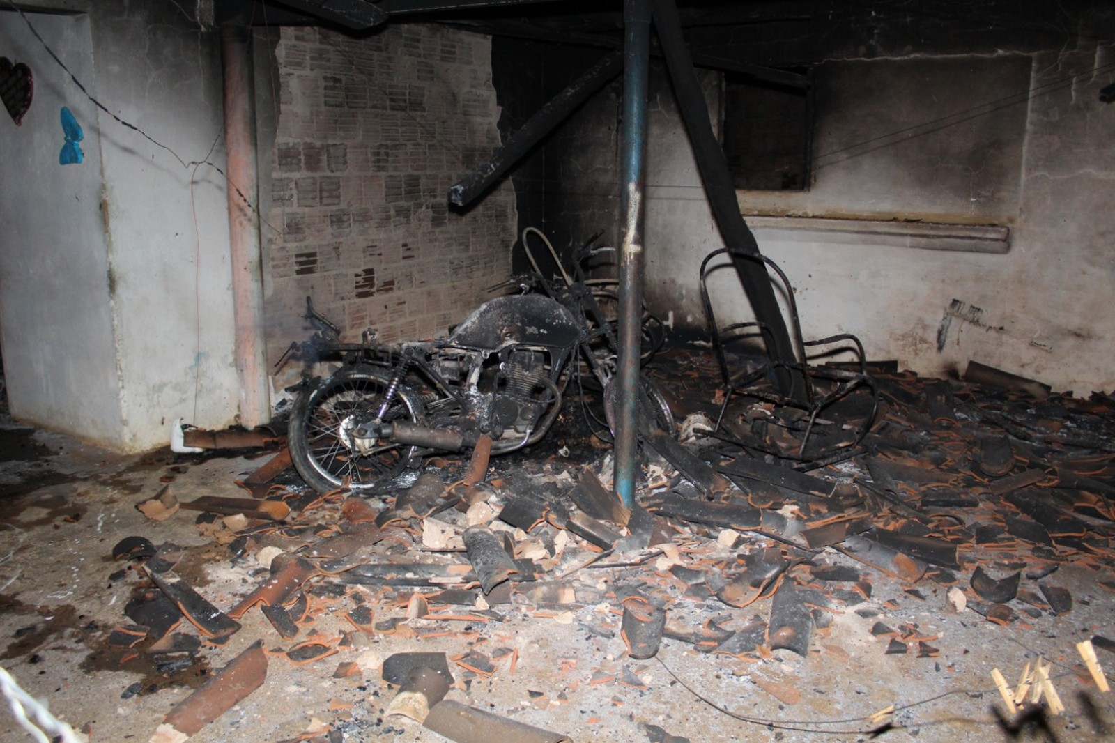 Em Caraúbas (RN), idoso é morto e familiares obrigados a queimar casa com corpo dentro