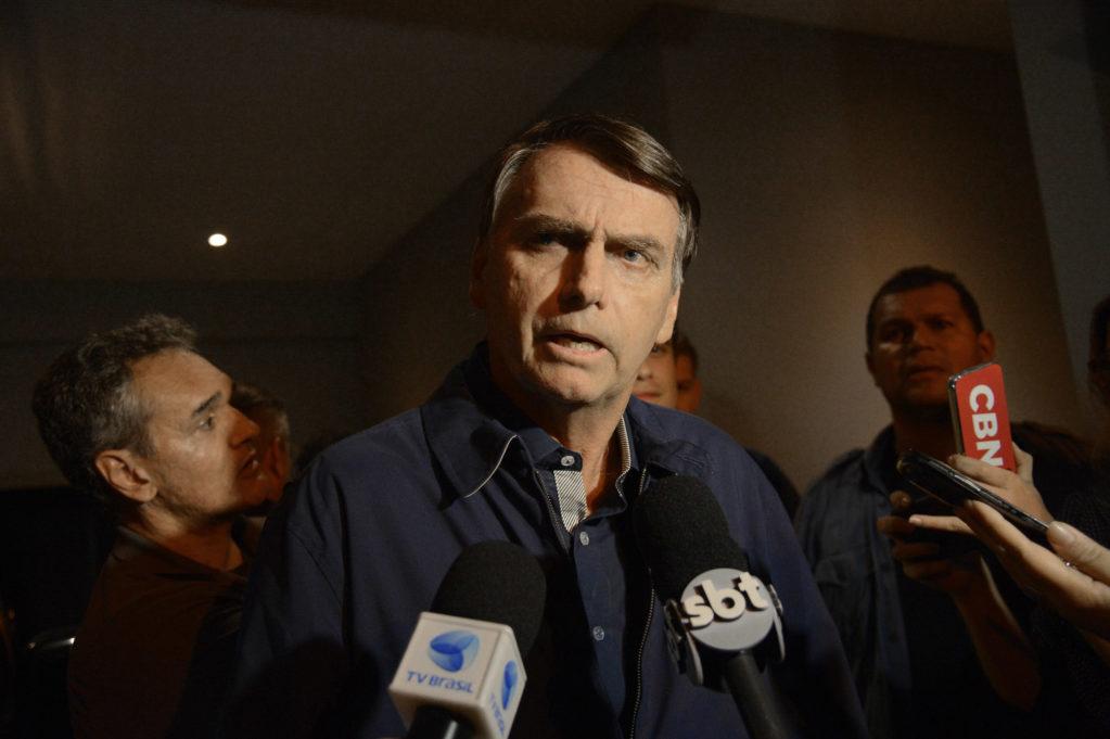 Bolsonaro promete criar 13º do Bolsa Família caso eleito