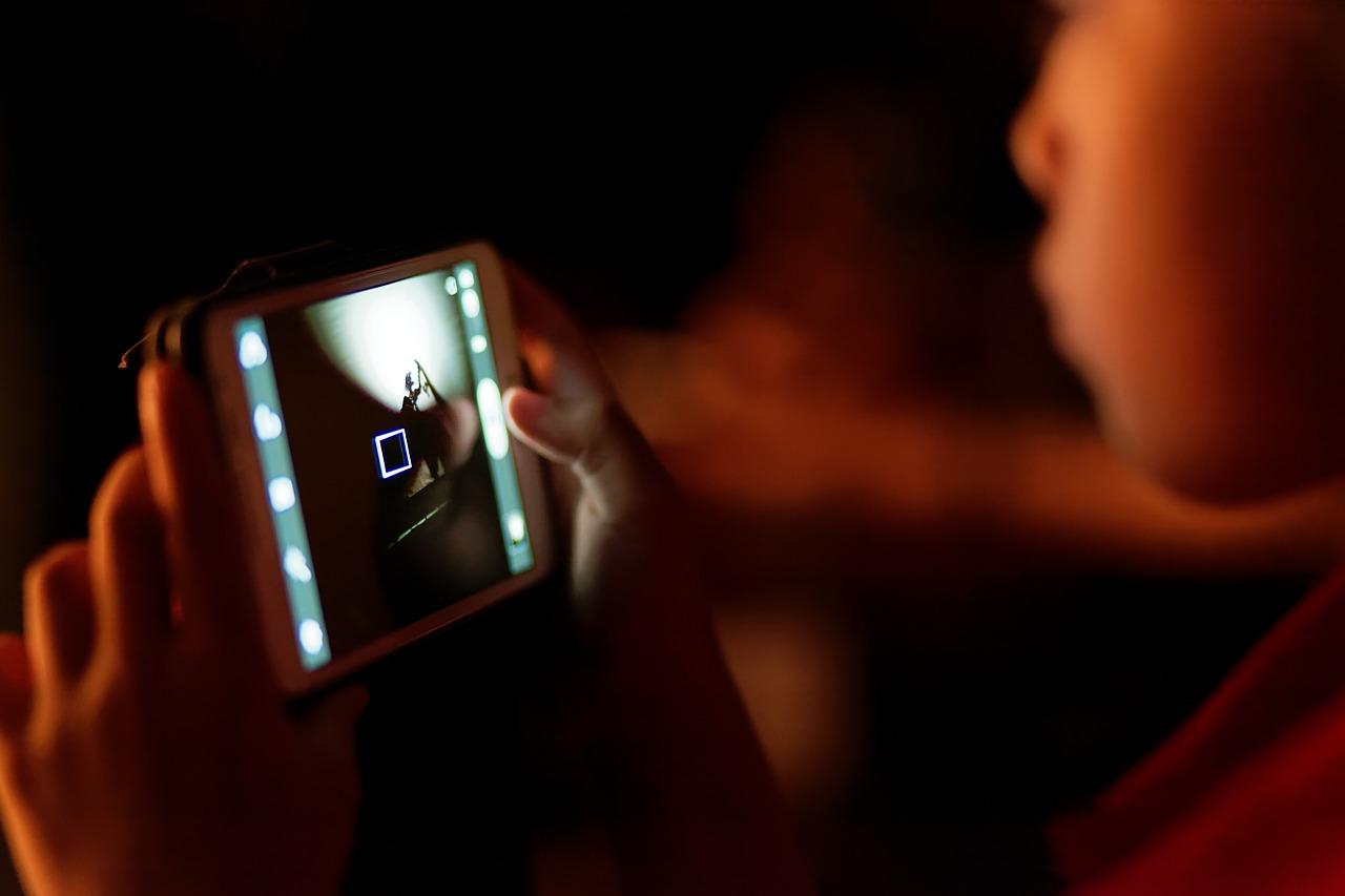 Será que meu filho está viciado na internet celular smartphone