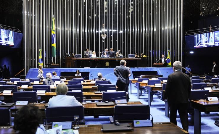 Após aprovar reajuste no salário de ministros, Senado aprova corte em fundo para Educação