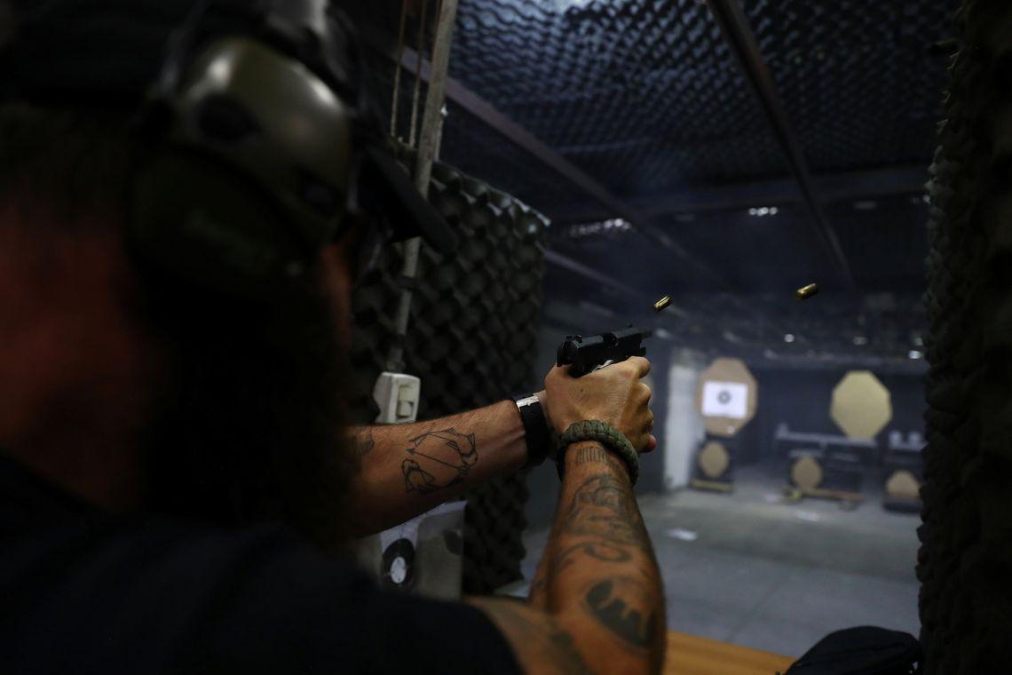 Brasileiro vai gastar no mínimo R$ 3,7 mil para ter uma arma em casa