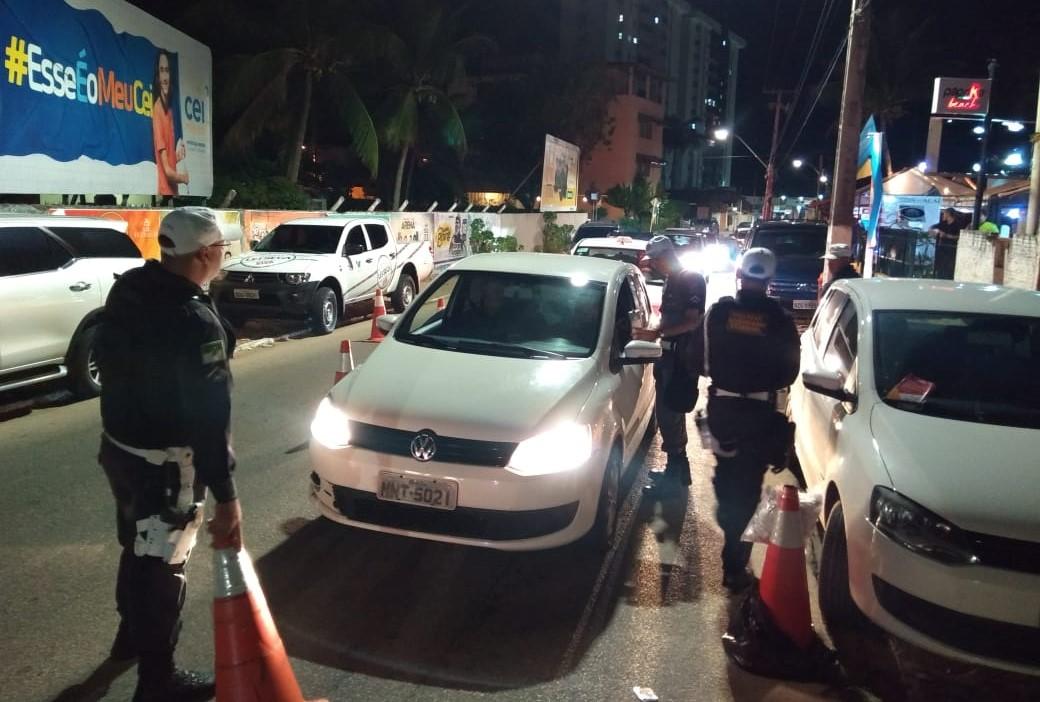 Detran fiscaliza 782 motoristas em blitz na praia de Pirangi