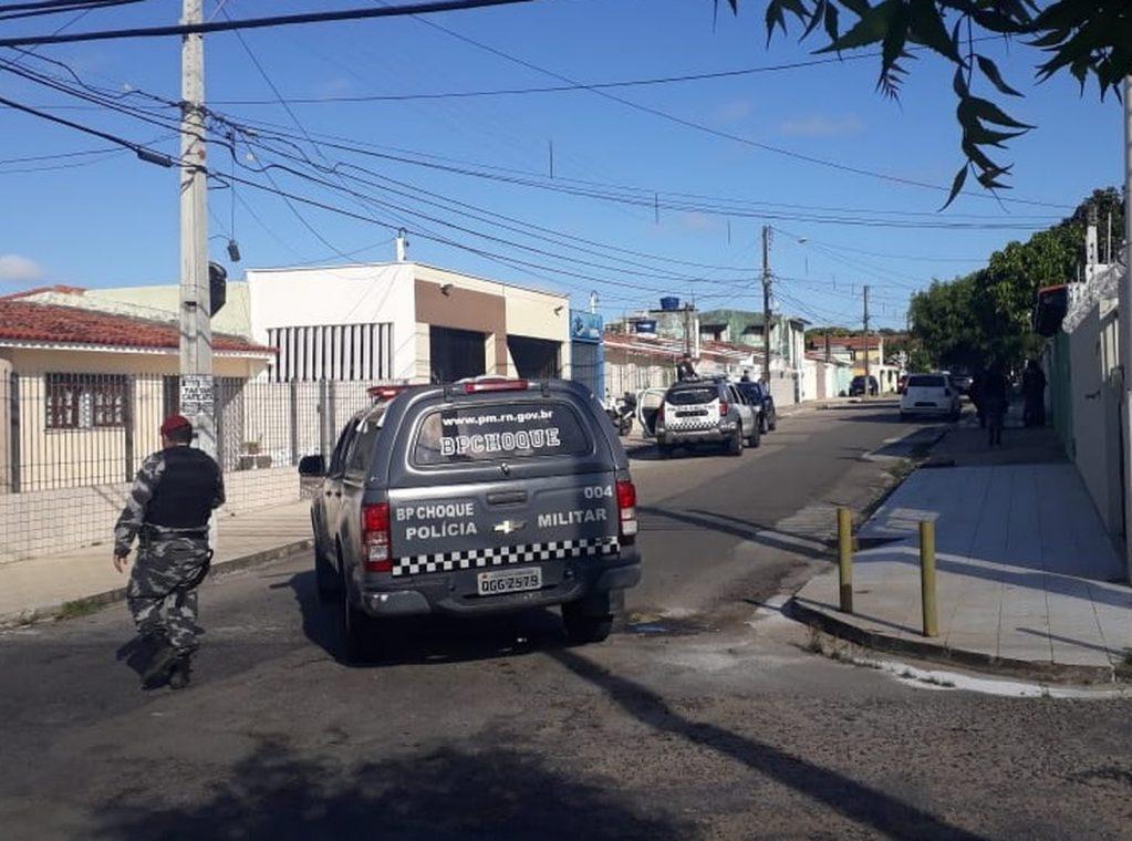 Homem é baleado e três são presos após invadirem casa em Natal