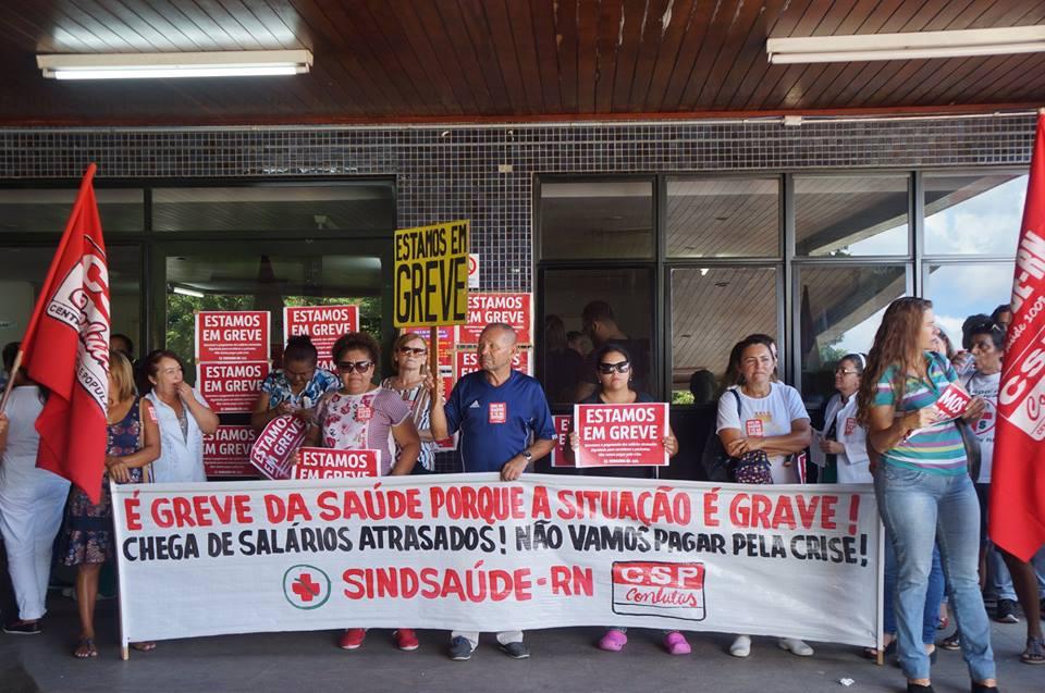 Servidores da saúde protestam em frente ao hospital Walfredo Gurgel