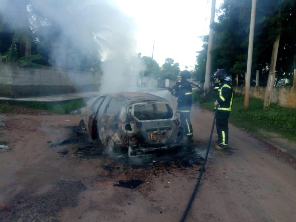 Bombeiros combatem incêndios em veículo e hospital da Grande Natal