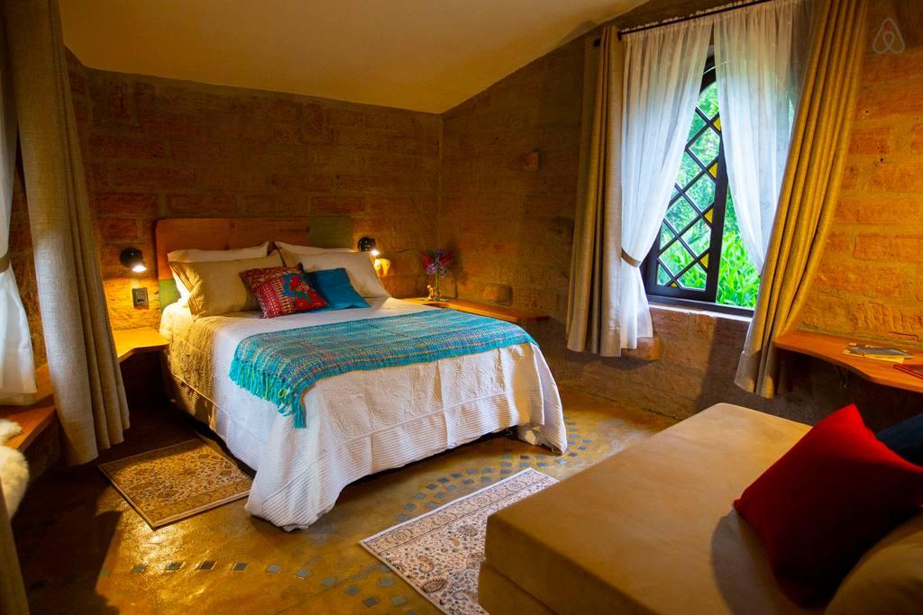 Hobbits heróis e amantes de vinho conheça casas temáticas do Airbnb no Brasil