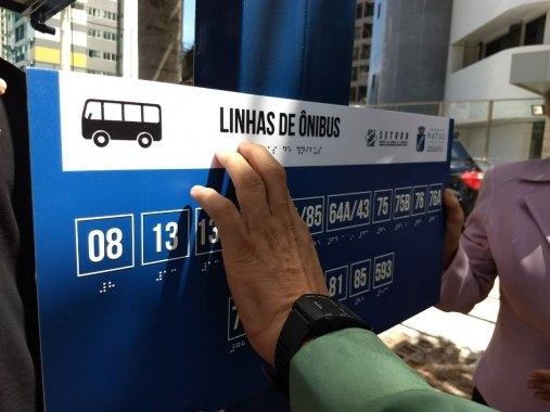 Pontos de ônibus ganham sistema de identificação de linhas em Braille