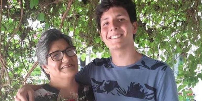 Filho faz homenagem em sua formatura para mãe que vendeu doces para ele conseguir estudar