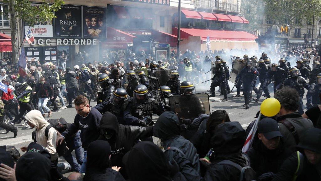 Paris tem cenas de guerrilha urbana com manifestações