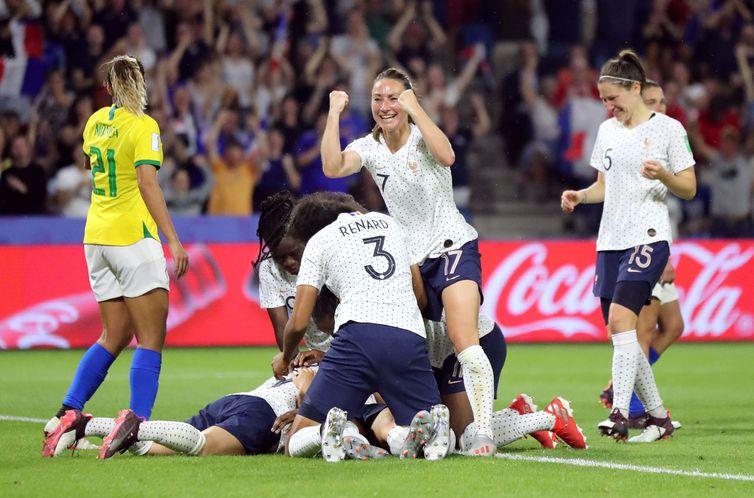 Brasil perde para França na prorrogação e dá adeus à Copa do Mundo