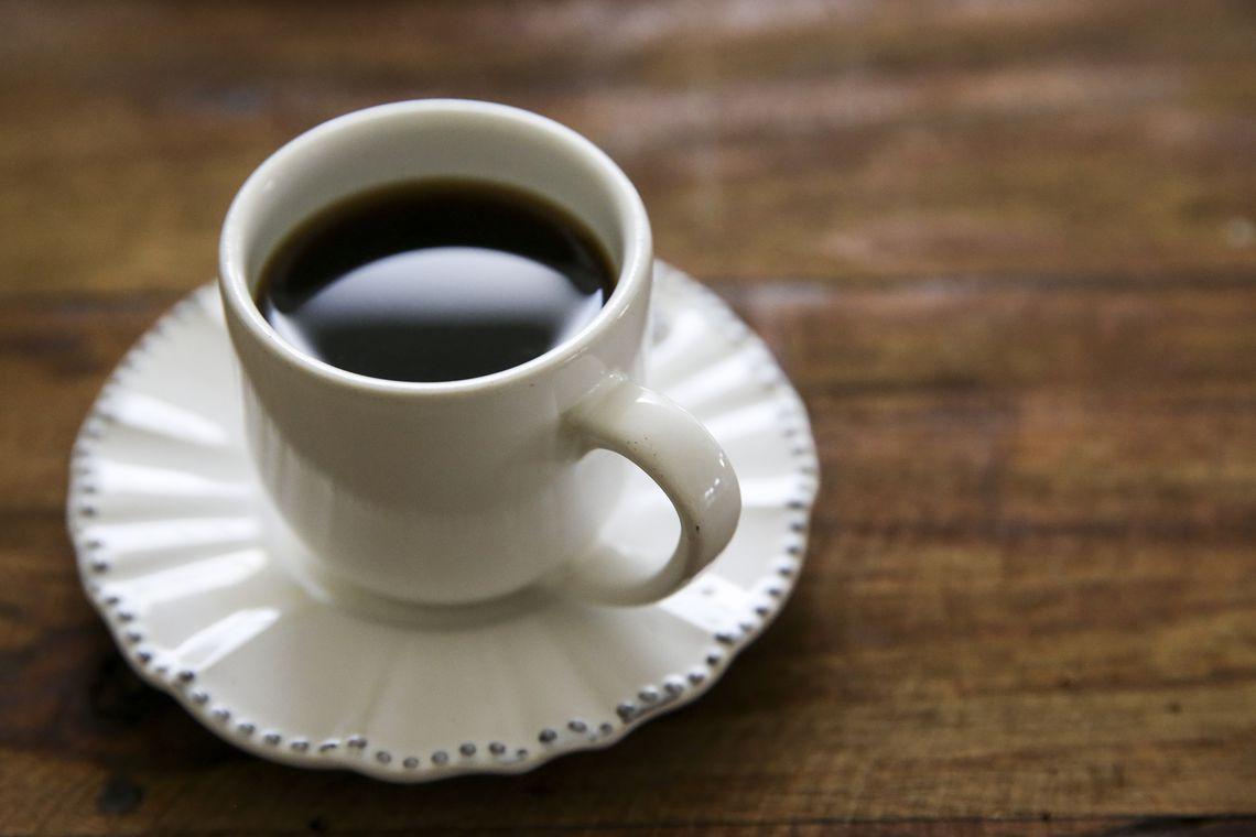 Café em excesso aumenta chance de pressão alta em pessoas predispostas