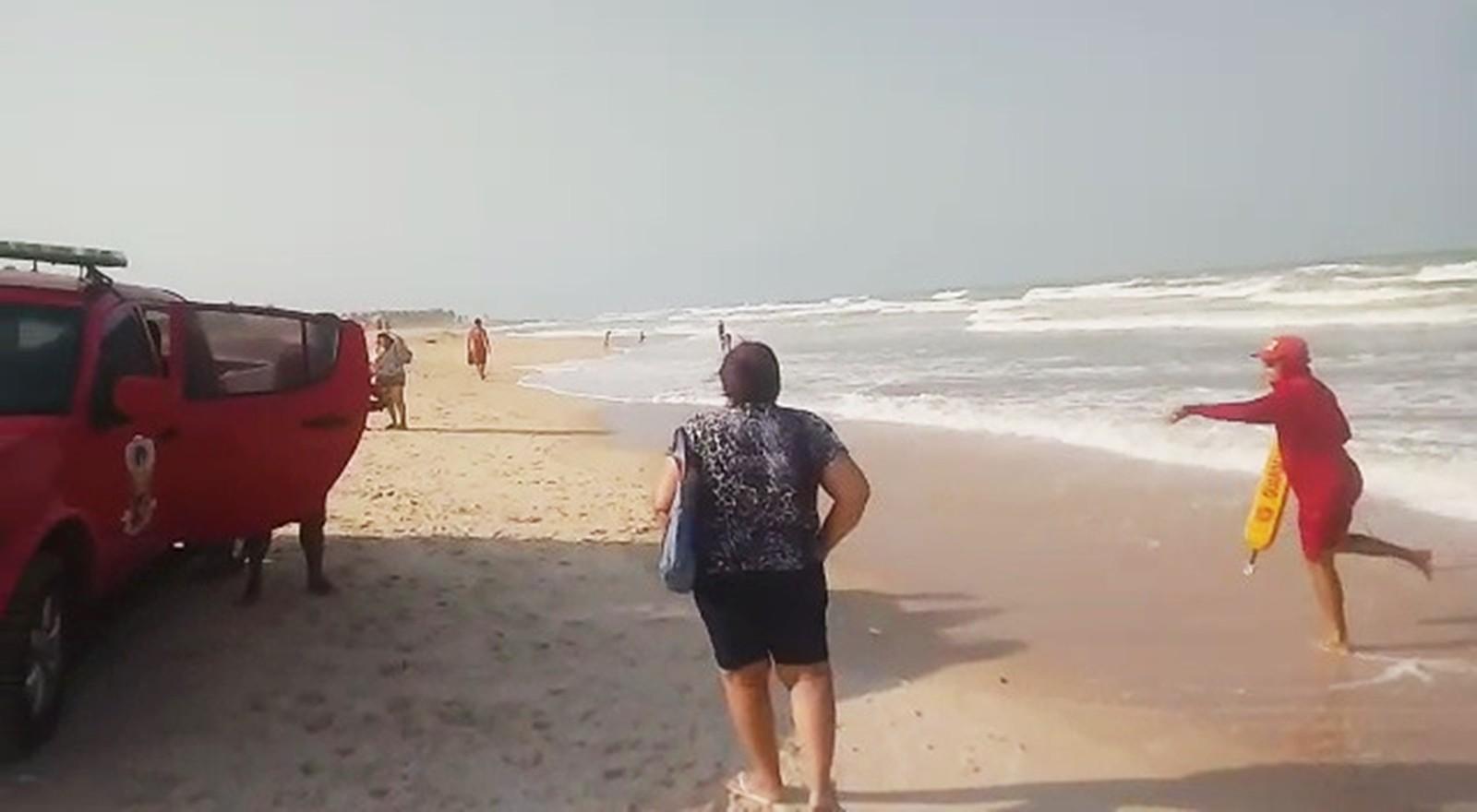 Bombeiros resgatam turistas na Praia de Búzios