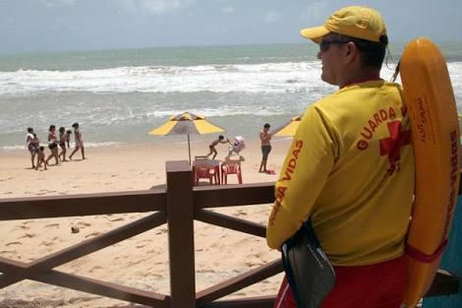 Bombeiros salvam 5 banhistas na Praia do Meio em Natal