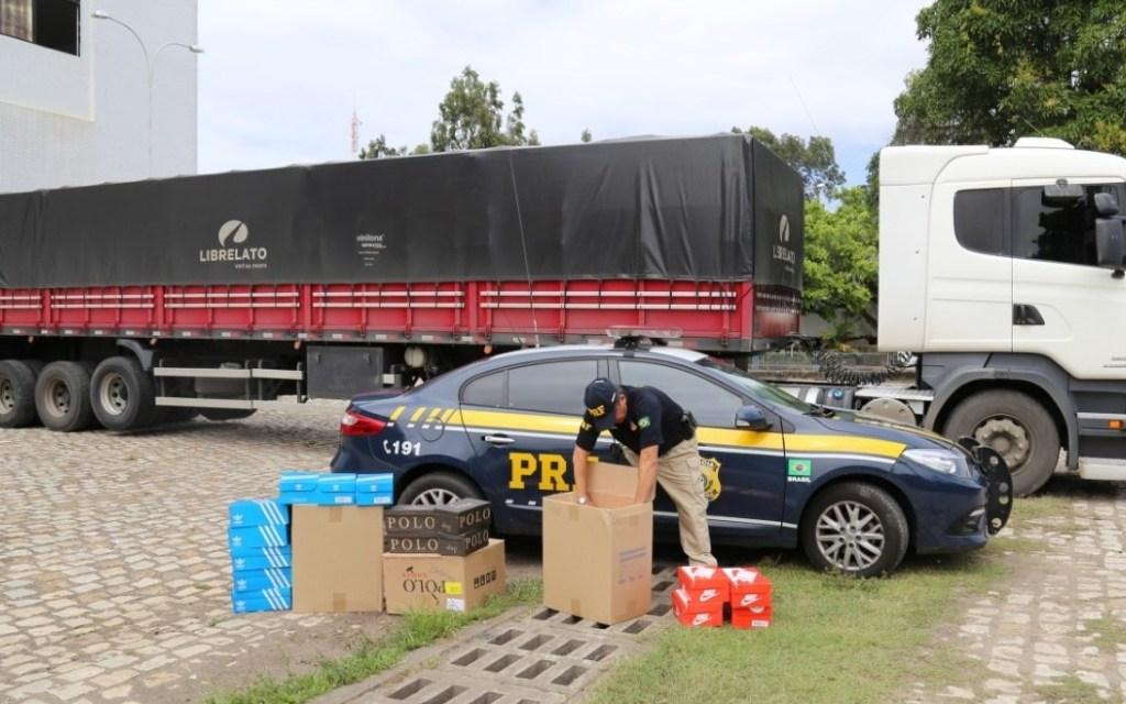 PRF apreende mais de 5 mil pares de tênis durante abordagem a carreta em São José de Mipibu