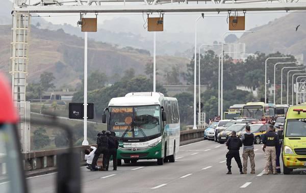 Sequestrador de ônibus no RJ morre baleado por sniper