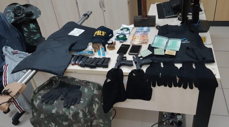 PRF captura dupla com armas, muita munição e explosivos em Macaíba