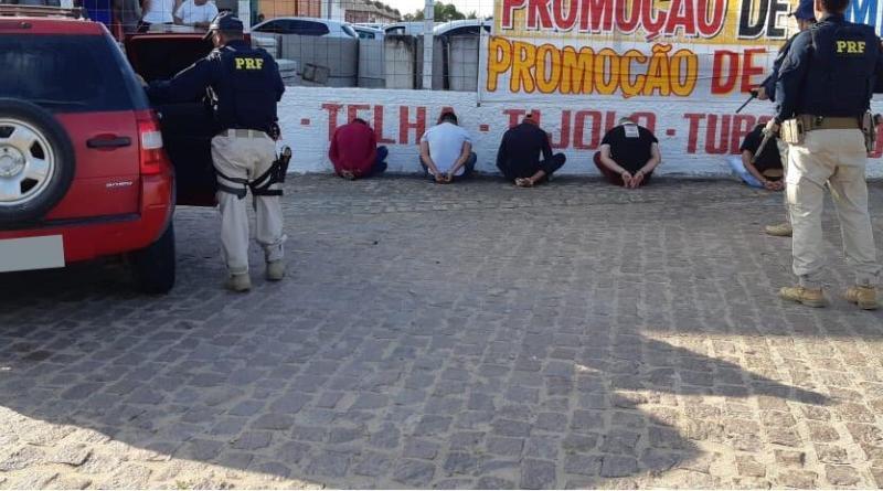 PRF prende cinco homens com veículo roubado em São José de Mipibu