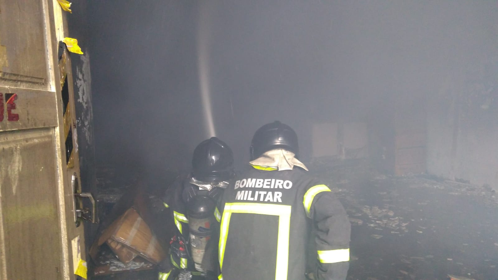Corpo de Bombeiros controla fogo em loja no centro de Parnamirim
