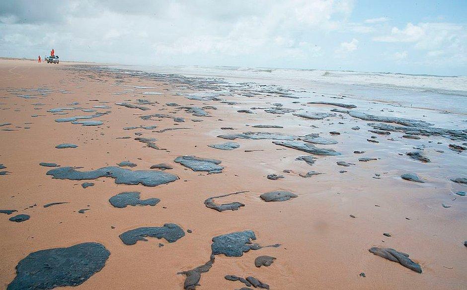 Polícia Federal investiga origem das manchas de petróleo em praias do Nordeste