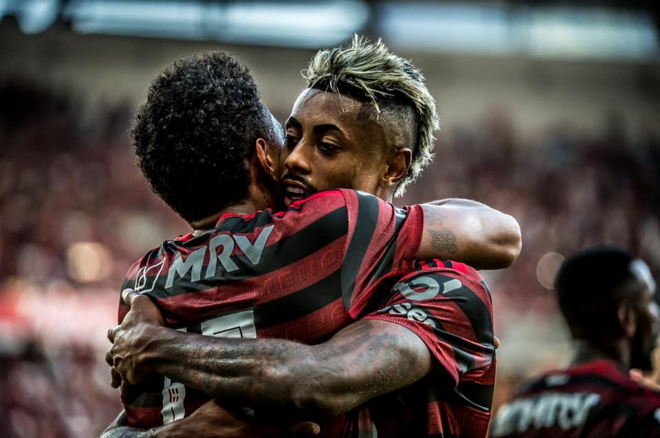 Flamengo goleia Corinthians no Maracanã e segue firme na liderança
