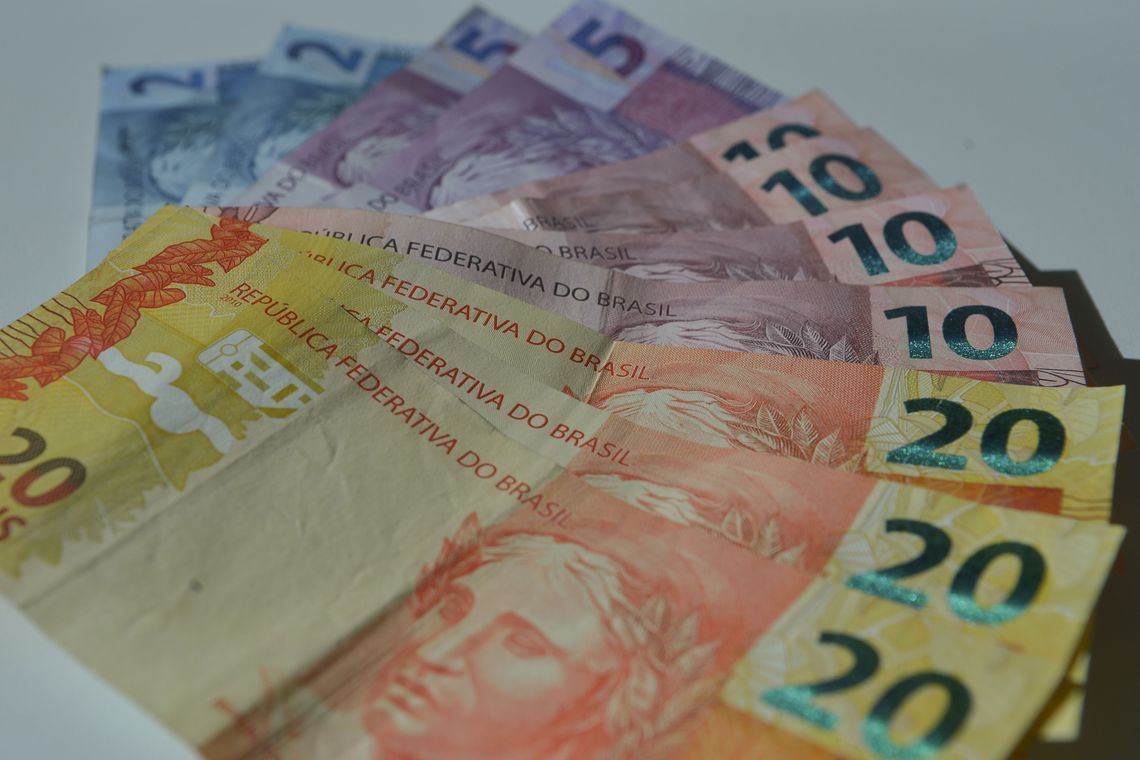 Salário mínimo passa a valer R$ 1,1 mil a partir desta sexta (1º)