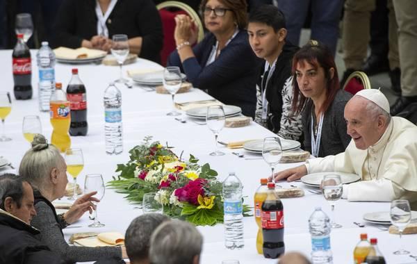 Papa almoça com pessoas carentes e critica quem 'alimenta o medo'