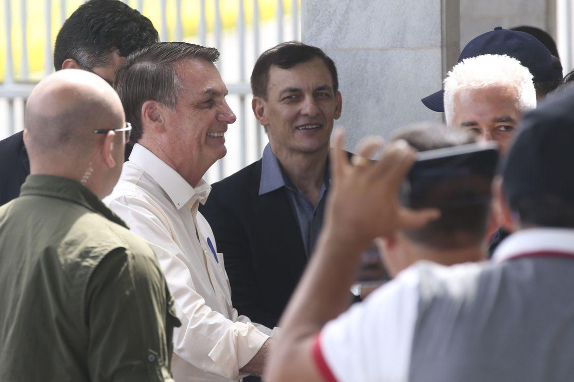 Bolsonaro vai a lotérica apostar na Mega da Virada 2019