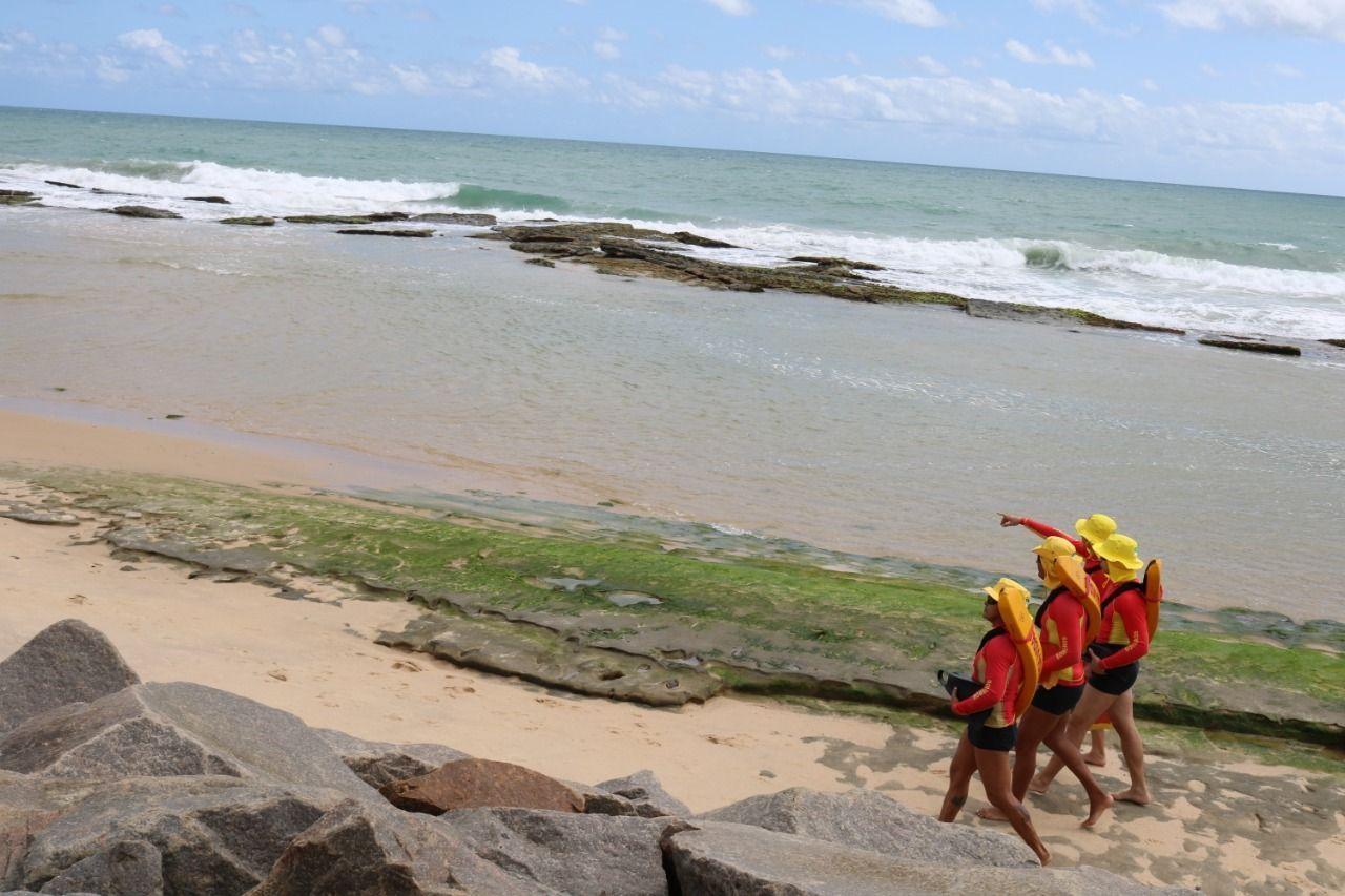 Bombeiros resgatam adolescente na Praia de Areia Preta