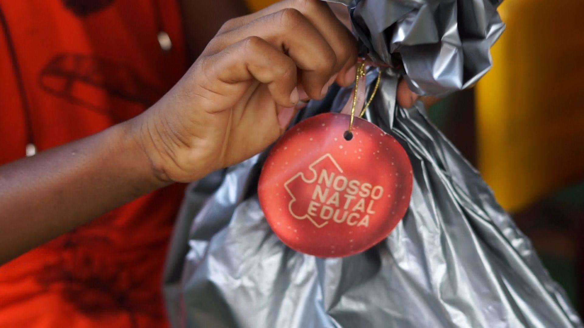 'Nosso Natal Educa': entrega de kits escolares emociona crianças e pais carentes