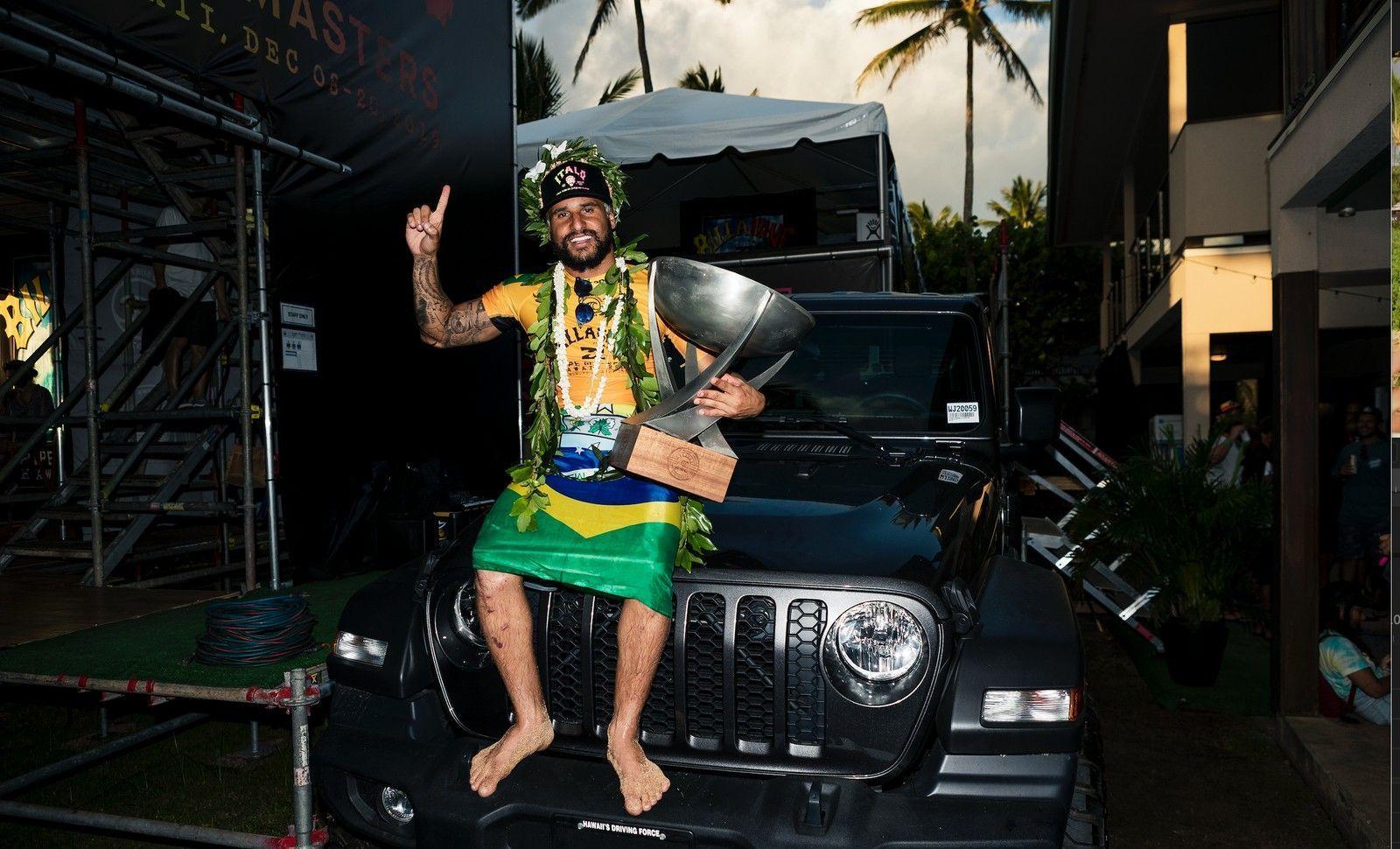 Potiguar Italo Ferreira vence final contra Medina e é campeão mundial de surfe
