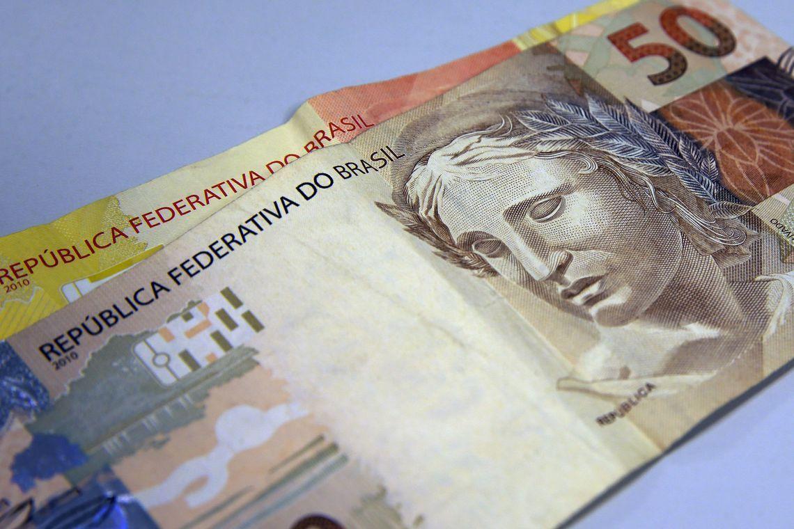 Bolsonaro assina Medida Provisória que eleva salário mínimo para R$ 1.045
