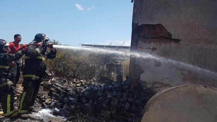 Bombeiros combatem incêndio em fábrica de tintas na Grande Natal