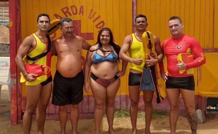 Casal é resgatado por bombeiros após quase se afogar na Praia do Meio
