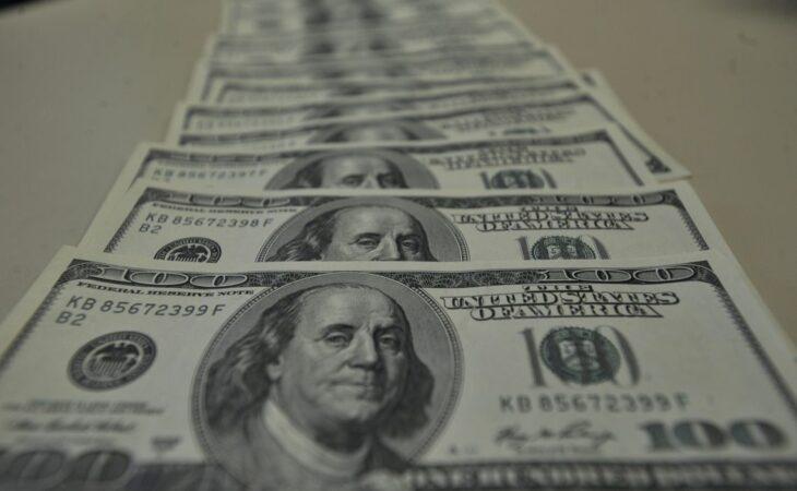 Dólar aproxima-se de R$ 4,45 e bolsa brasileira cai 7%