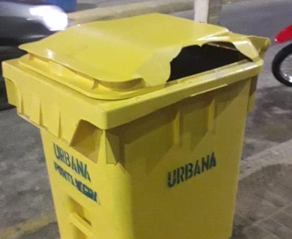 Lixeiras instaladas em Ponta Negra são depredadas em dois dias