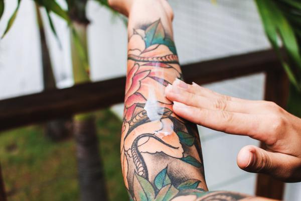 Mesmo tatuagens mais antigas podem causar uma nova infecção ou alergia