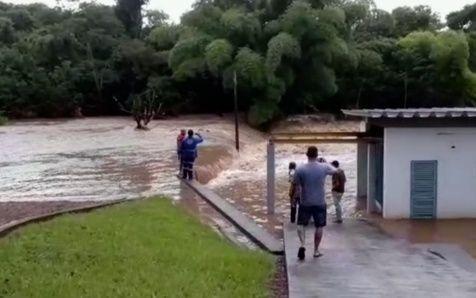 Barragem se rompe e causa inundações em cidade de Goiás