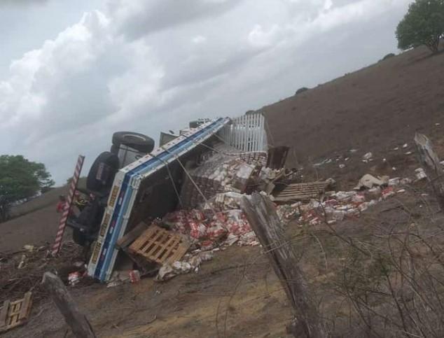 Caminhão carregado de cerveja tomba e tem carga saqueada no Agreste potiguar
