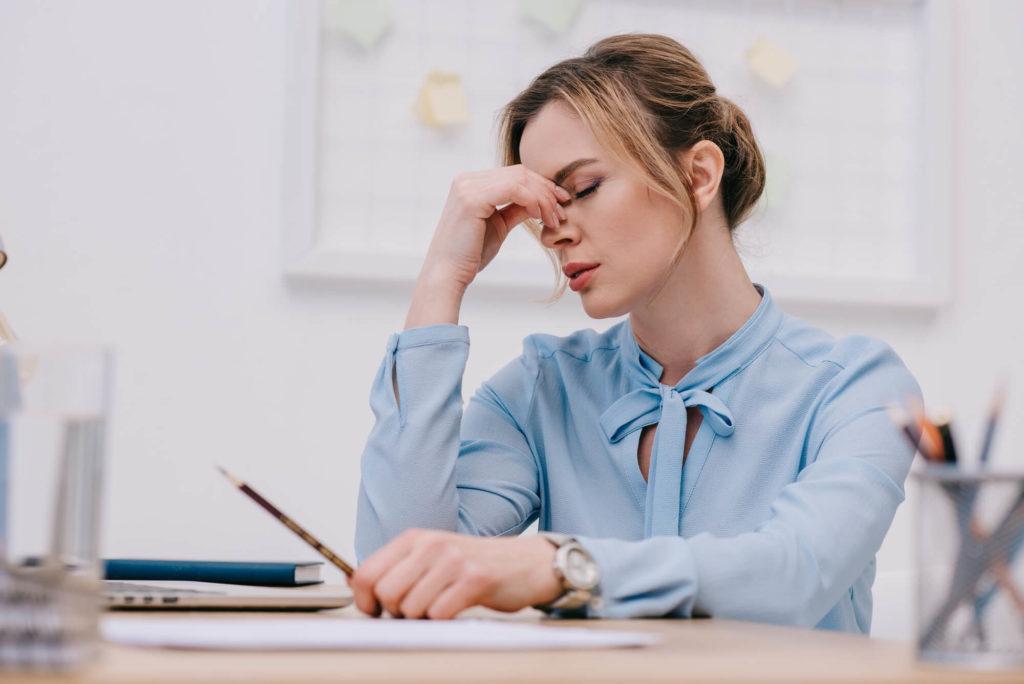 Estresse pode causar problemas de pele, no cabelo e nas unhas