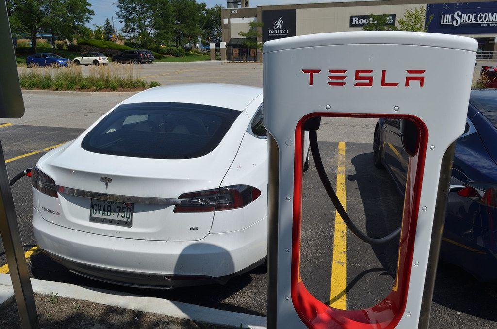 Bolsonaro irá aos EUA para tentar trazer Tesla para o Brasil