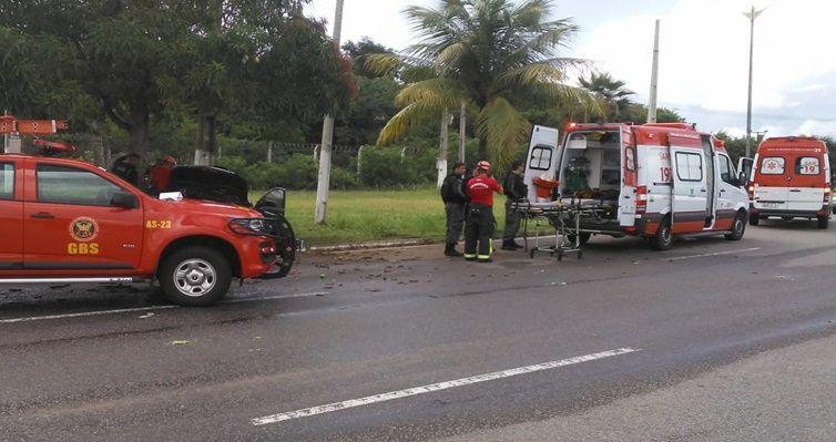 Bombeiros resgatam homem preso às ferragens após acidente de trânsito