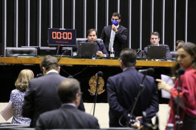 Maia rebate Guedes e diz que governo tem condições de pagar os R$ 600 de ajuda à população