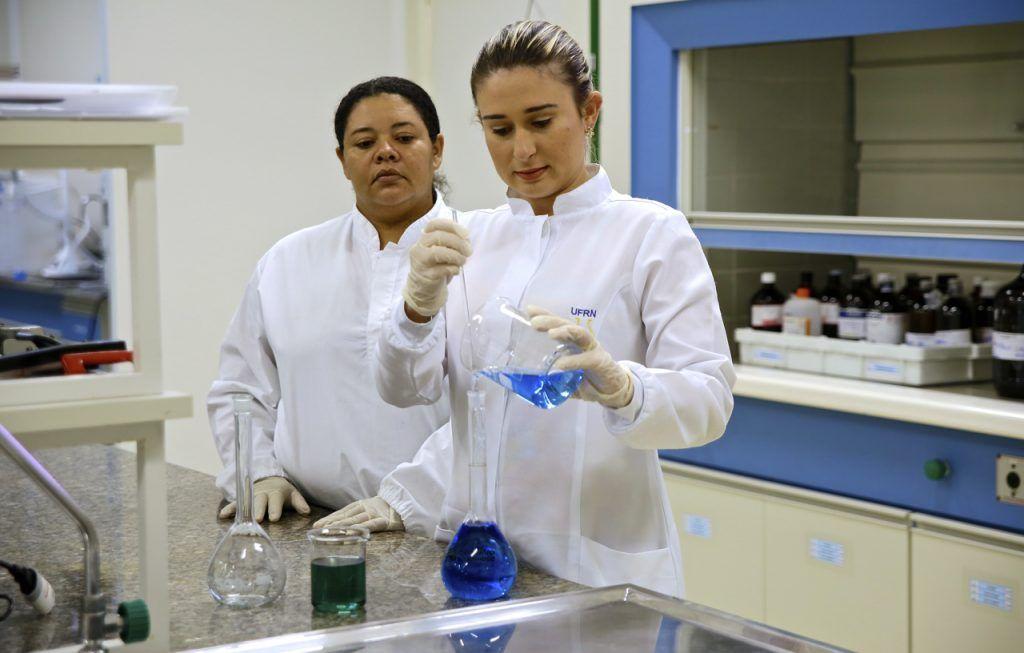 UFRN vai produzir 11 mil litros de álcool por mês para abastecer hospitais do Estado