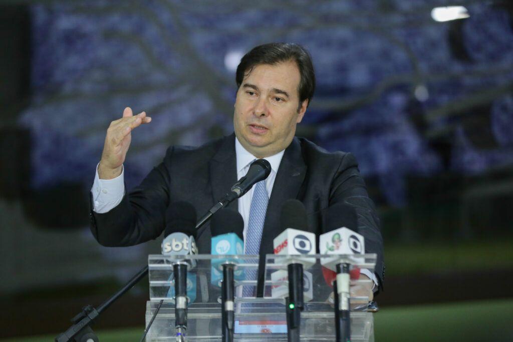 Deputados devem aprovar renda mínima de R$ 500, diz Rodrigo Maia