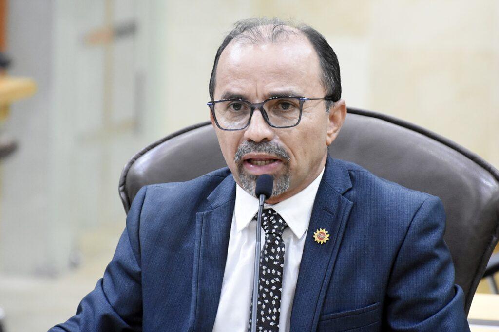 Coronavírus: projeto de Sandro Pimentel quer multar quem divulgar fake news